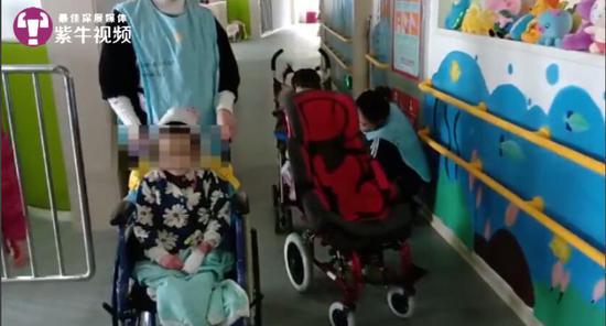 倩岚坐在轮椅上跟记者打招呼