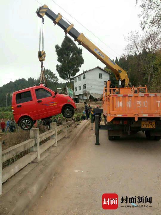 电动车被吊起。