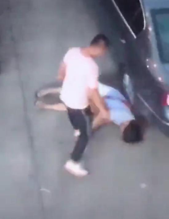 男子当街踢踹其前女友头部。 短视频截图