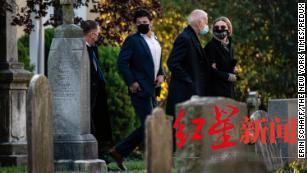 ↑大选日早上,拜登和孙女芬妮根 · 拜登来到墓地为博 · 拜登扫墓。在选举日的早上。图据《纽约时报》