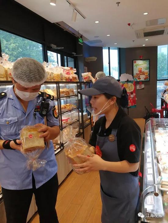 执法人员发现货架上有一袋无生产日期的面包