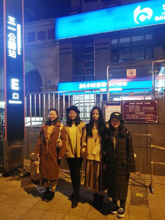 """因担心被骗,她专门请3名室友""""护驾"""",一同从学校坐火车来郑州兑奖。"""