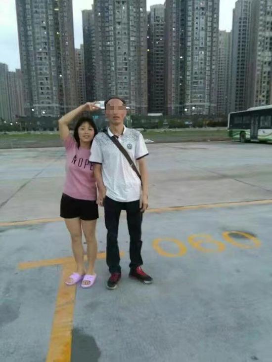 周菊梅和丈夫合影