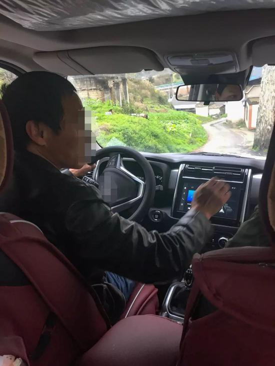▲陈建荣(化名)带记者去他的作坊,在车上他讲述了洞藏酒的内幕