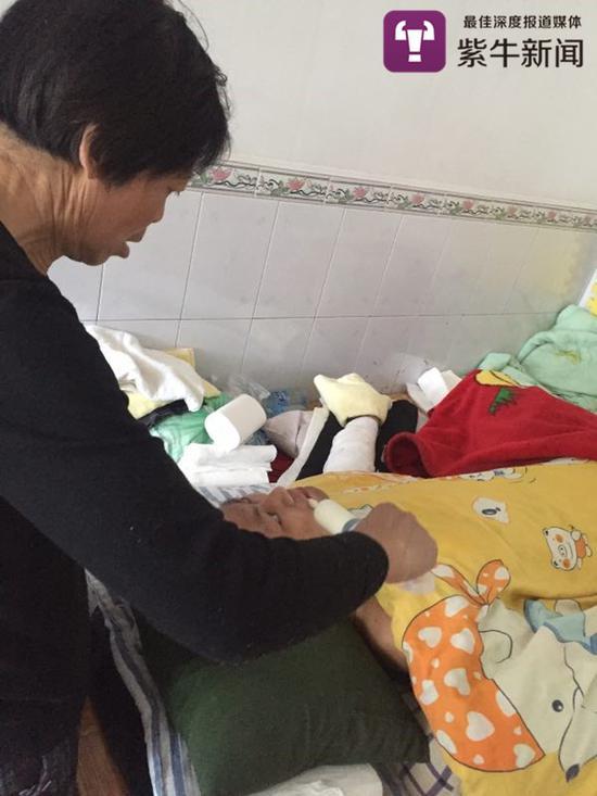 陈岗的母亲将营养液注射到陈岗嘴巴里