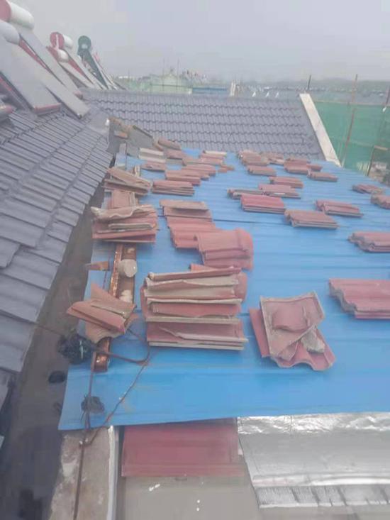 施工单位称,对盘龙山庄小区一些破损瓦片进行更换过。监理单位供图