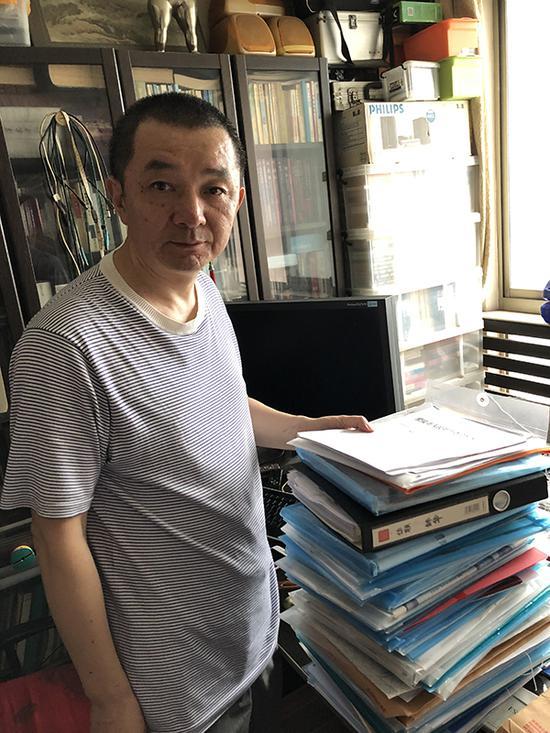 """被判共同承贷债务后的几年间,景玉生不断搜集前妻""""诈骗""""证据,并将其成册堆放在家中。 澎湃新闻记者 卫佳铭 图"""