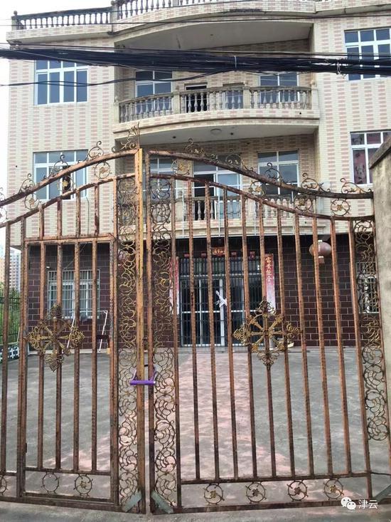 8月20日,案发现场房屋大门已贴封条,院门上锁