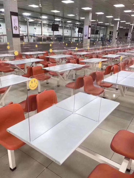 餐桌安装隔板,教室送餐……学校为用餐问题操碎了心
