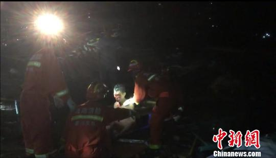 图为事发现场,救援人员在救助伤员。海南省应急管理厅供图(视频截图)