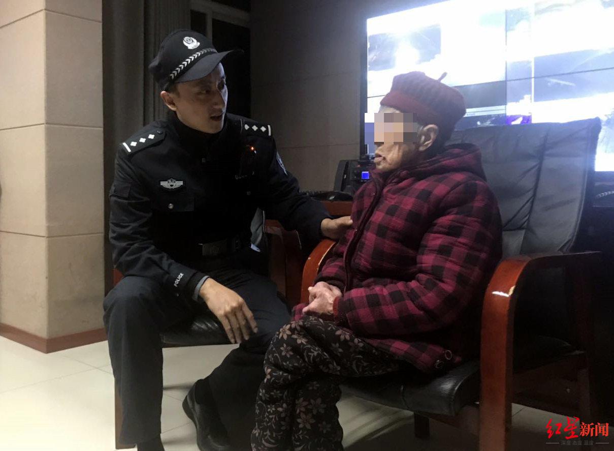 民警安抚老人