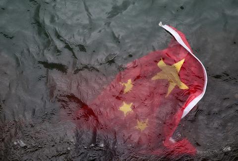 图为被抛入海的国旗(来源:港媒)