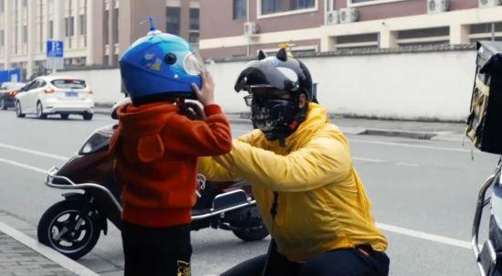 南通父亲一天送外卖16小时 电动车上载着5岁儿子