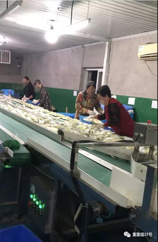 餐具经过消毒后,维洁康厂内工人戴着线手套为餐具摆盘,不少人的手套已经发黄、发黑。 新京报记者 刘经宇 摄