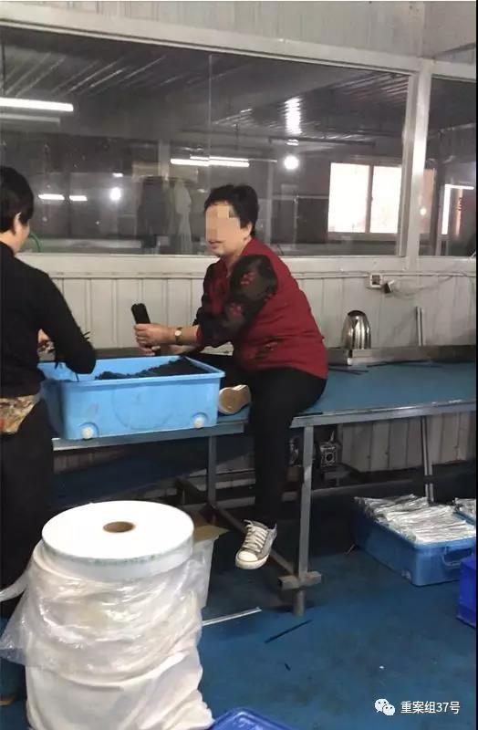 一名工人直接坐在板子上赤手整理洗过的筷子,准备去打包装。 新京报记者 刘经宇 摄