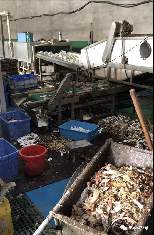 维洁康车间除渣区的食物残渣混合着筷子、勺子,直接堆在地上。 新京报记者 刘经宇 摄
