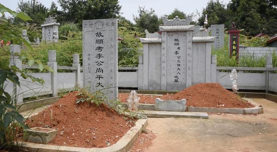 迁坟后,李尚平和父亲李三保的墓挨得很近。 新京报记者 邵骁歆 摄