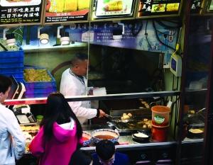 夫子庙一家老牌臭豆腐店。 现代快报 图