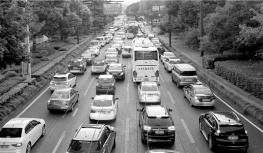 随着国庆假期到来,位于杭州彭埠高速口附近的艮山西路上车流量上升。