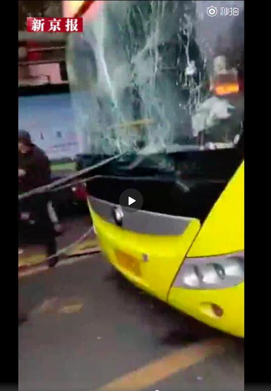 公交车窗玻璃碎裂。图片来源:新京报我们视频