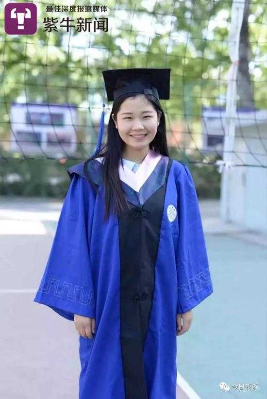 穿着学士服的刘燕