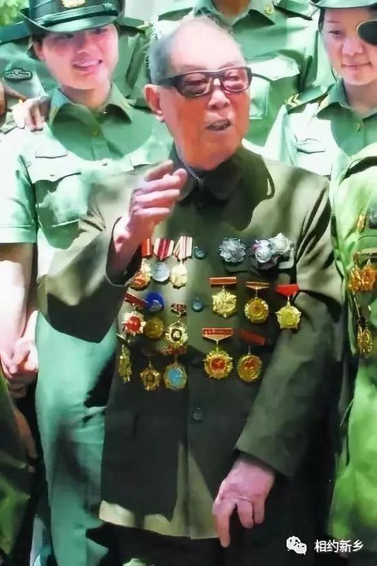 郭兴为部队战士讲战斗故事