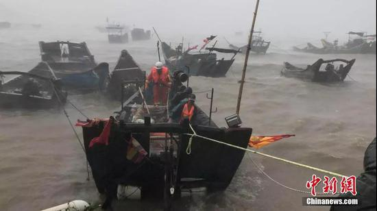 福州连江县消防员紧急救助被困渔民 图/阮旭宁