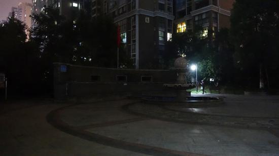 事发后,小区广场安静了许多。