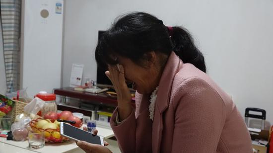 想到去世的丈夫,周菊梅崩溃落泪。