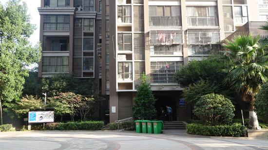 6栋一出门即为小区广场,中间2楼为周菊梅家。