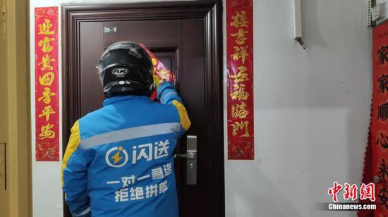 王兰伟正在工作。中新网记者 张旭 摄