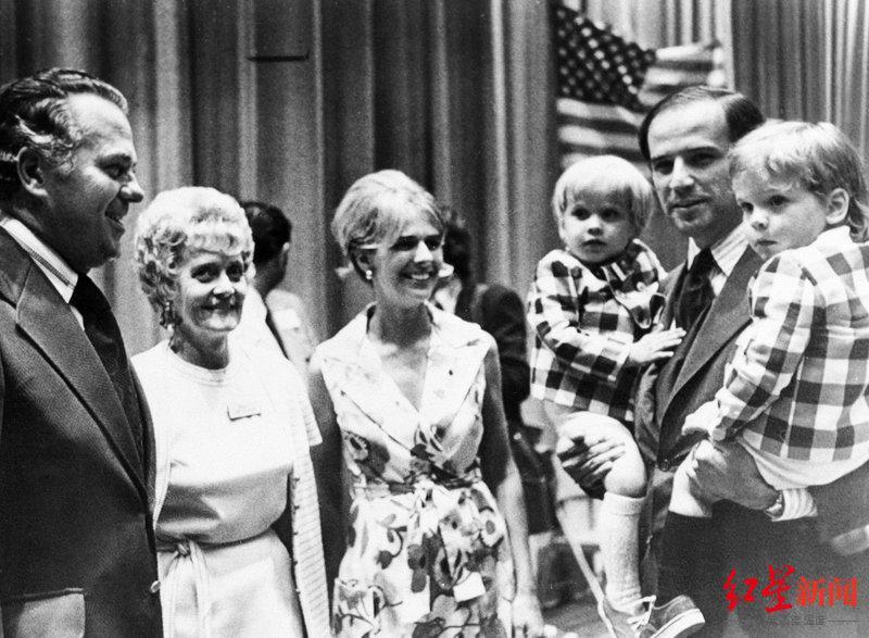 ↑ 1972 年,拜登(右)抱着两个儿子与第一任妻子娜丽亚 · 拜登(中)一同出现在民主党全国代表大会上。图据美联社
