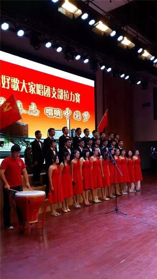 (图为程凯参加好歌大家唱团日活动,第一排左起第五个女生)