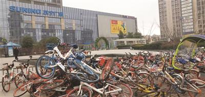 南京街头混乱堆放的共享单车。