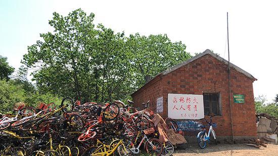 山上一处森林防火办公室,也堆积着大量单车。