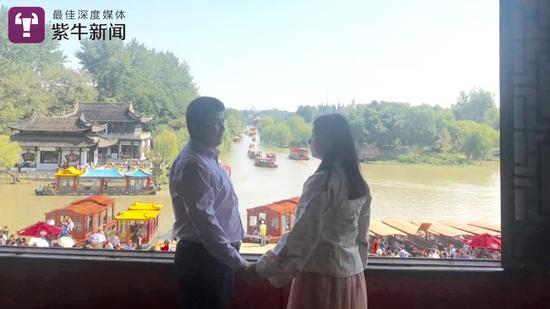 谭伟海和女友郭家乐共游瘦西湖