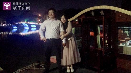 谭伟海和女友郭家乐在瘦西湖游船上