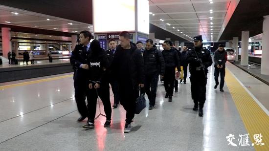 老板卢某、马仔中介刘某和马?#21009;?#26576;被警方从昆明带回南京。(本文图片由警方提供)