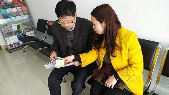 老人的侄女婿和站长刘瑞菊咨询相关事情
