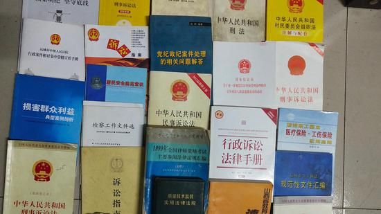 王淑珍的部分法律书籍。受访者供图