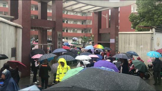 学生家长将孩子送到校门口。新京报记者 刘瑞明 摄