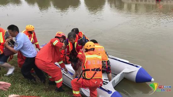 """""""老年团""""旅游中巴误入大水13人被困。"""