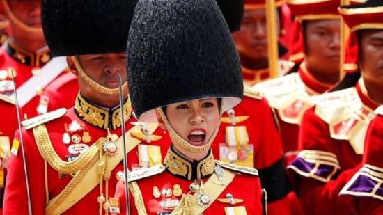 诗妮娜在前国王普密蓬的葬礼上