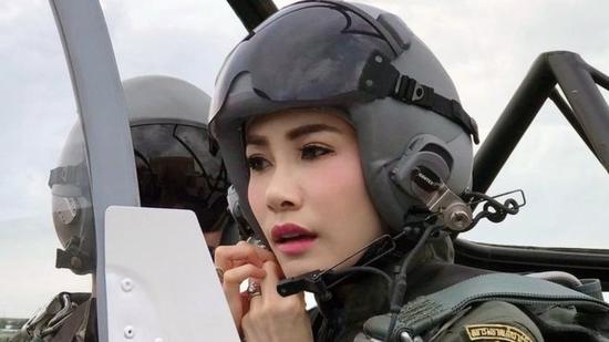 诗妮娜在战斗机驾驶舱内