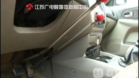 扬州男子私自改装小轿车 油门刹车竟用手来控制