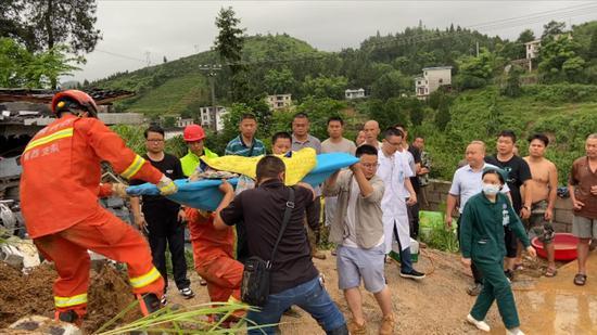 救援人员将被困人救出。