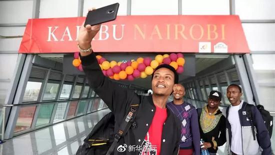 6月1日,旅客在肯尼亚蒙内铁路内罗毕站自拍。新华社记者王腾摄