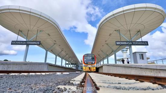 这是2018年6月1日拍摄的列车停靠在肯尼亚蒙内铁路蒙巴萨站。新华社记者王腾摄