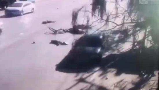 一辆黑色轿车未减速,直接撞上队尾,数名儿童被撞飞。视频截图。