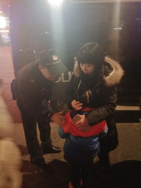 小女孩被民警找到后与母亲拥抱。 宜宾市公安局翠屏分局西城派出所 图